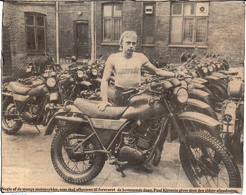 Et avisklip fra 1980. Fa. Franz Kroon havde fået en stor ordre fra militæret på 450 cykler, og Paul ses her med en flok af disse cykler. Under Franz Kroon kan læses lidt mere om denne ordre. Img1