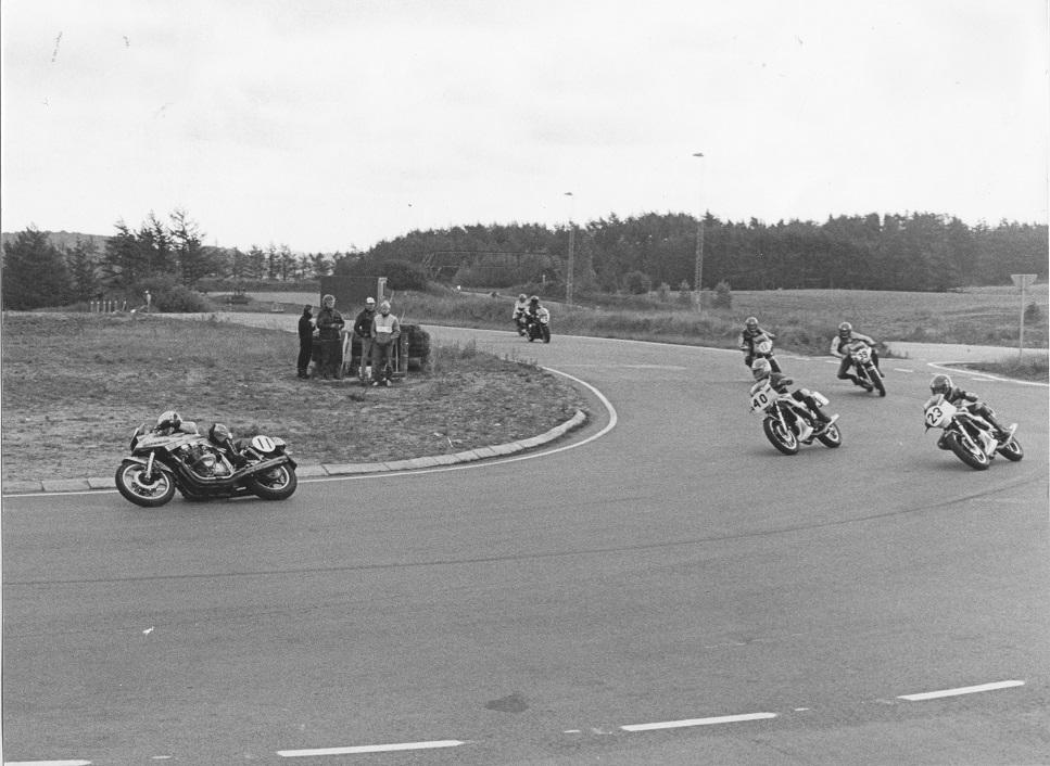 Stadig Ring Djursland sept. 84, men Sportsmaskineklassen, hvor Paul kører RD350cc med nr. 23. Forrest Henrik Ottesen med nr. 11 på Suzuki Katana 1100cc.Blandt svingpersonalet bemærkes Villy Poulsen.
