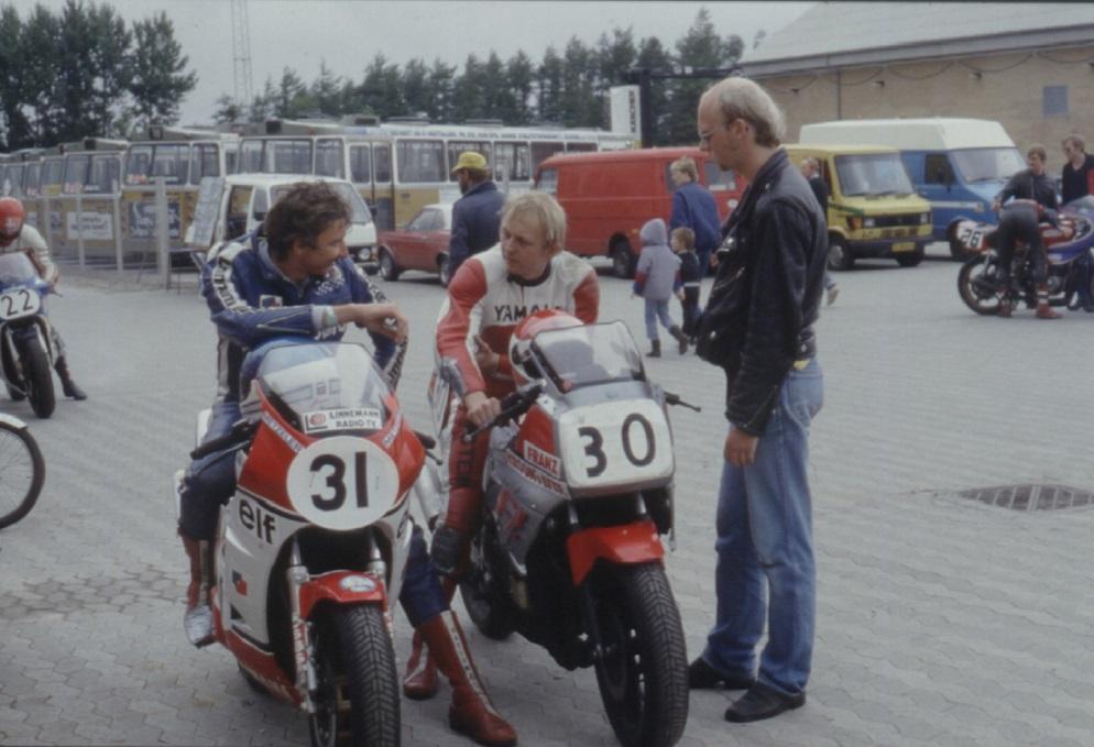 Ring Djursland august 85. Paul på FZ750 i snak med Jørgen Flintholm, der kørte RD500.