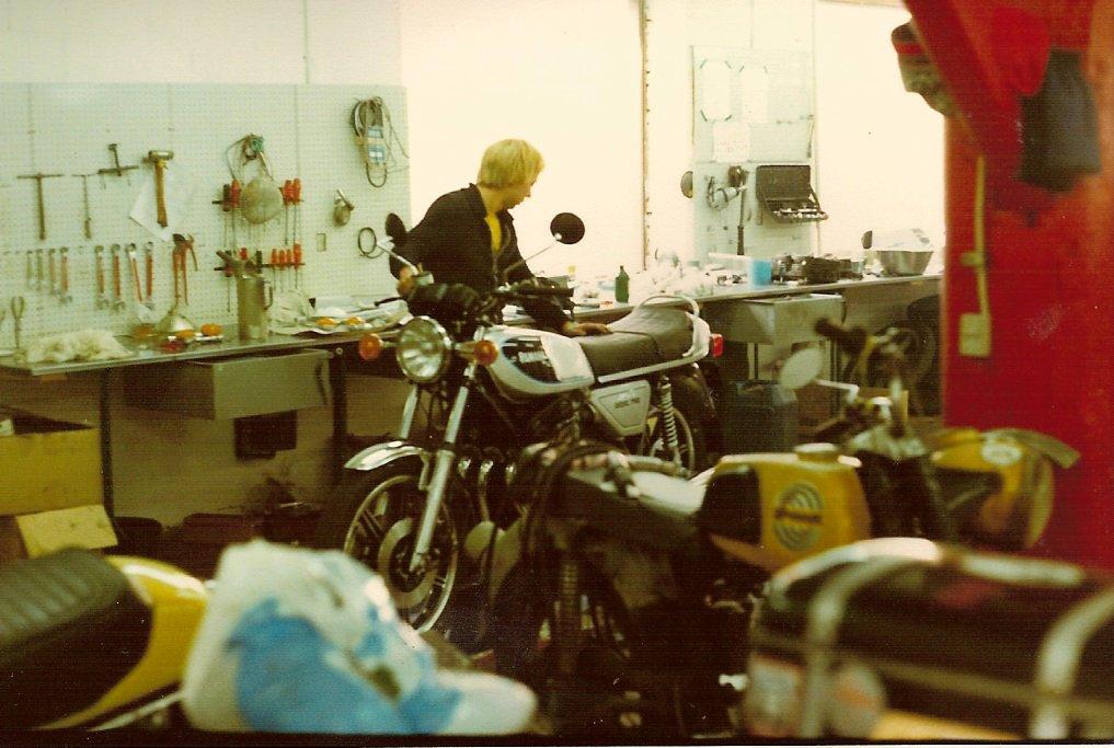 Paul arbejder på en XS750.