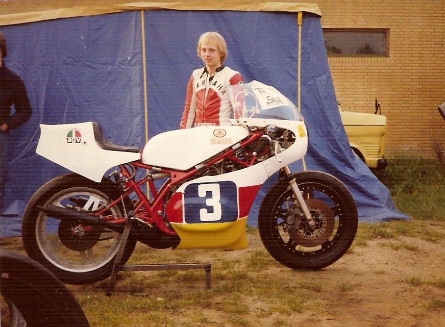 """Sidste afd. ad DM 1981 på Ring Djursland. Raceren har fået """"Til Salg"""" skilt på."""