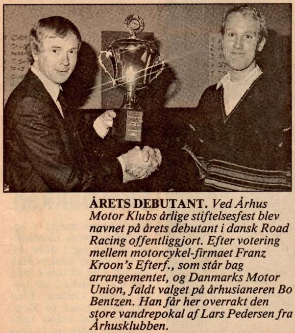 Første års vinder af Kroon Cup blev Bo Bentzen, AMK, der her får overrakt pokalen af Lars Pedersen ved AMK´s Stiftelsesfest i nov. 89. Aarhus Stftstidende bragte denne notits 6. dec. 89.