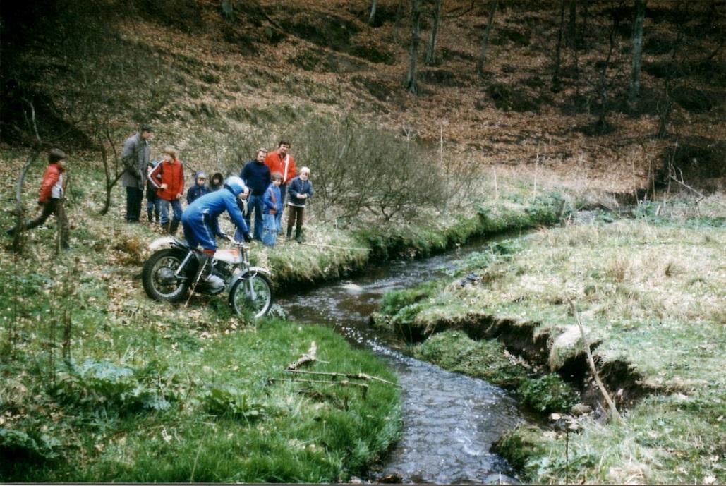 Vi kørte en del bedømt trials hos en flink bonde i Vadsted ved Hammel, og her ses åen som blev brugt til mange sektioner. 28. april 79.