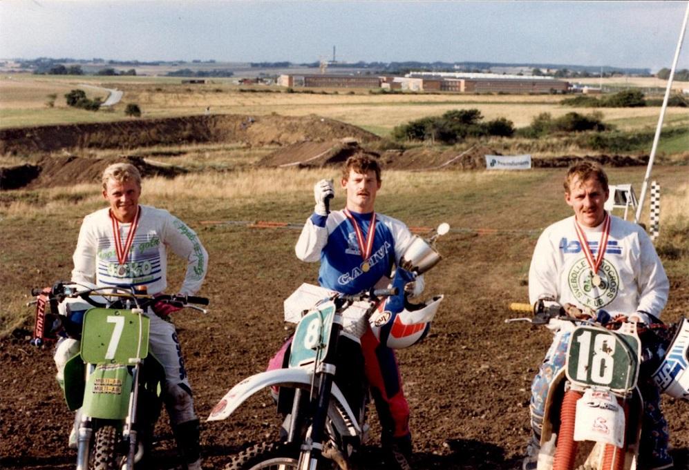 Kim var altid trækplaster til Festuge-Cross løbene på Vester Eng. Her i 1988 vandt han superheatet. Bovbjerg tv., Niels J. jensen SMCK th.