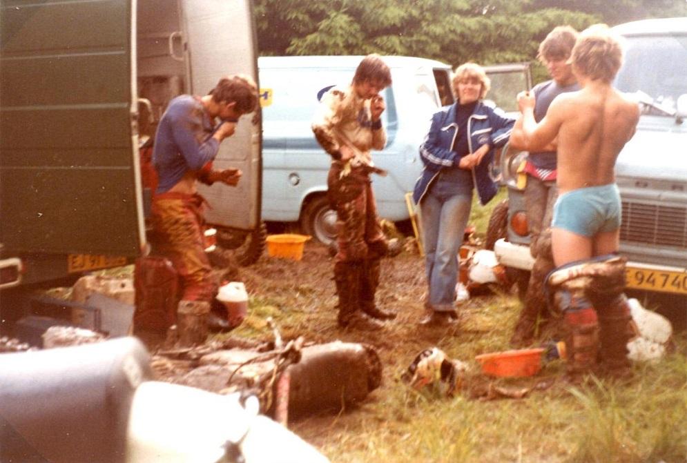 Meget mudder i Belgien. De fire kørere fra venstre Kim, Myggen, Anders B. Jørgensen og Weinreich.