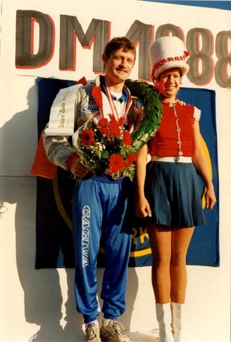 Kim vandt DM 125cc i 1988. Finalen blev kørt på Nissebjerget, der fejrede ham på denne måde.