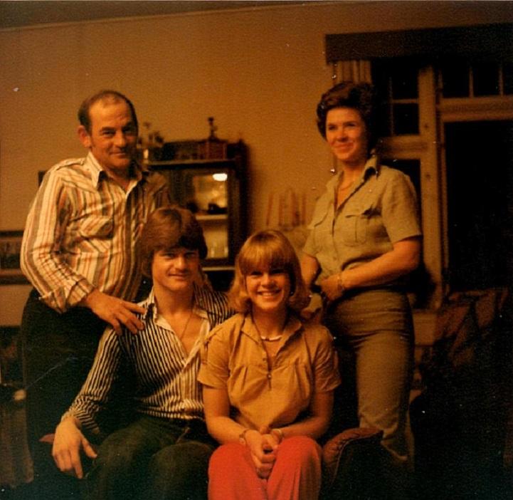 Familieidyl 1979. Kim havde altid 100% opbakning fra familien. Far Vagn og mor Annie sammen med Kim og søster Gry.