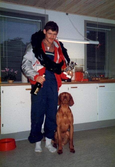 Kim blev Jysk Mester 87. Her hjemme med krans, pokal, hund og champagne.