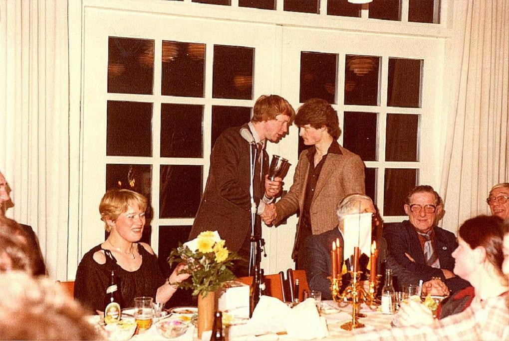 I 1979 vinder Kim Jubilæumspokalen for tredje gang. Dermed vandt han pokalen til ejendom. Her overrækker jeg pokalen til Kim ved AMK´s 50 års Jubilæumsfest på Varna i januar 1980.