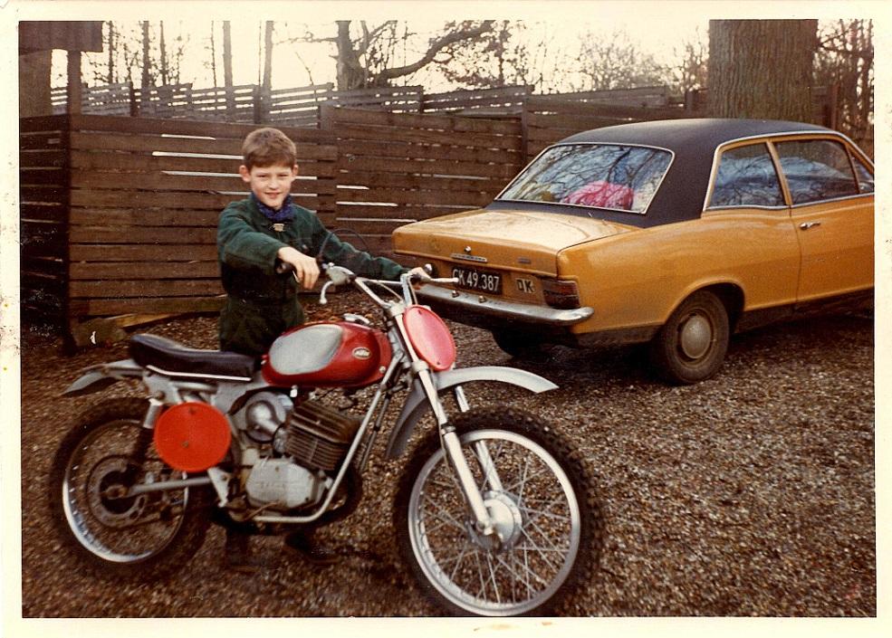 Kim hjemme i Stautrup med sin første maskine, en KTM 125cc.