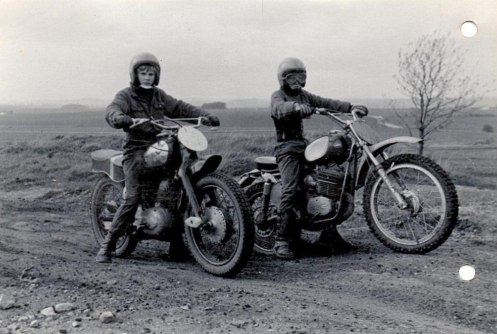 To kammerater til træning på Vester Eng 1973. Palle Winther på NSU til venstre og Kim til højre.