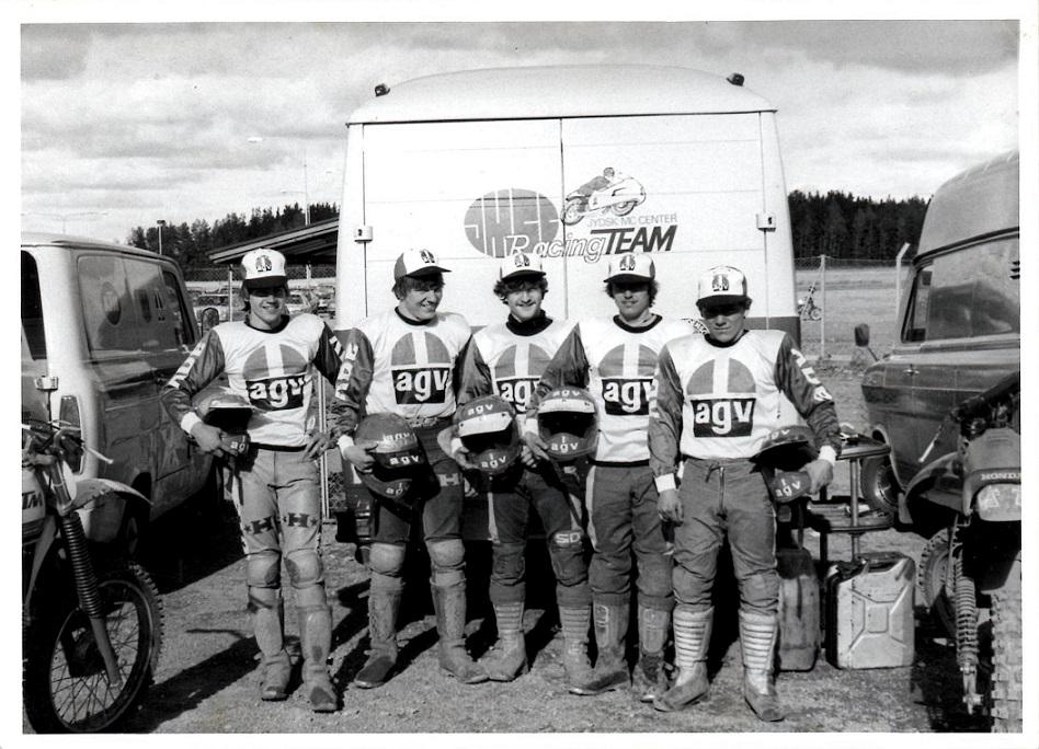 """Kim blev også udtaget til senior 125cc landsholdet, der skulle køre i Sverige i 1979. Fra venstre Ole Svendsen, Anders """"Muldjord"""" B. Jørgensen, Kim, Ejvind Bødker og J'ørgen Weinreich."""