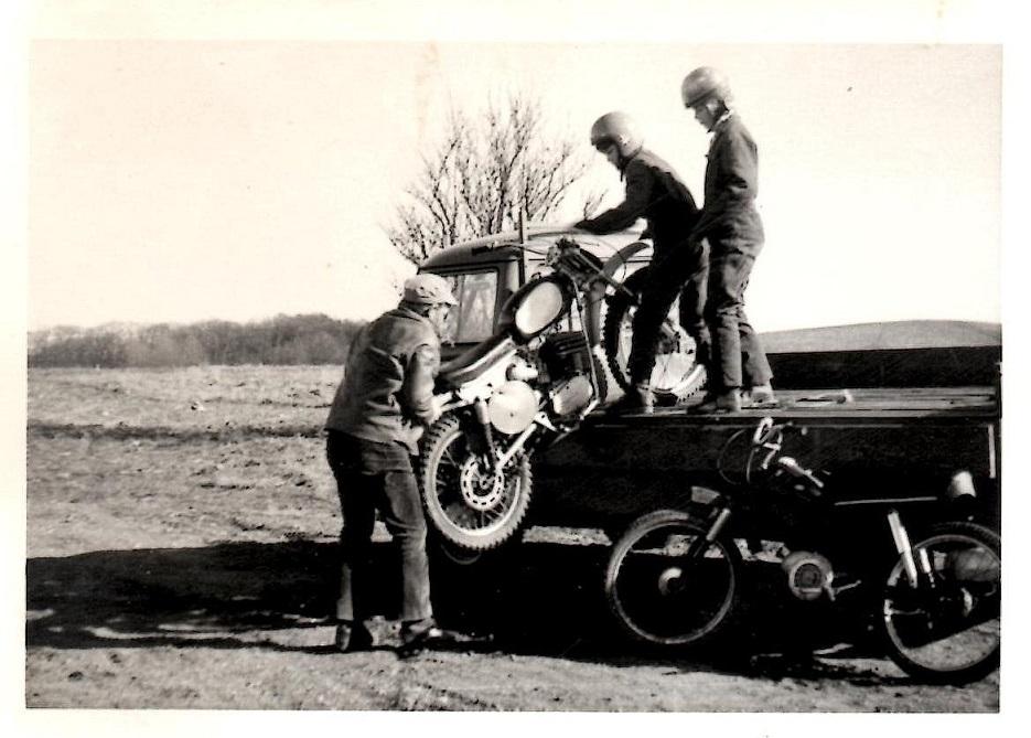 Kims far Vagn har fat i cyklen. Vagn var en ildsjæl for både Kim og klubben.