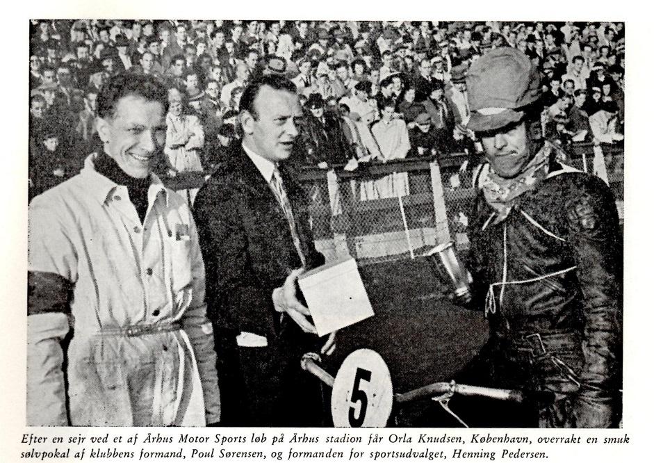 Orla Knudsen får overrakt sin præmie på Aarhus Stadion 1950. Far tv. og Poul Sørensen i midten.
