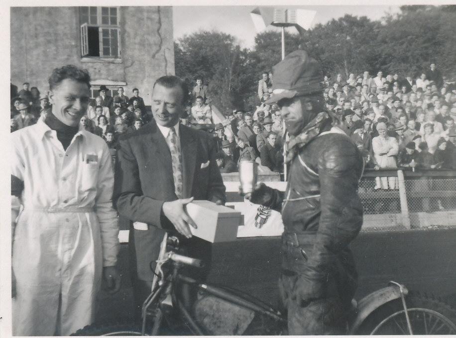 Aarhus Stadion okt. 1950. Poul Sørensen er formand i AMK og overækker pokalen til dagens vinder i ekspertklassen Orla Knudsen.