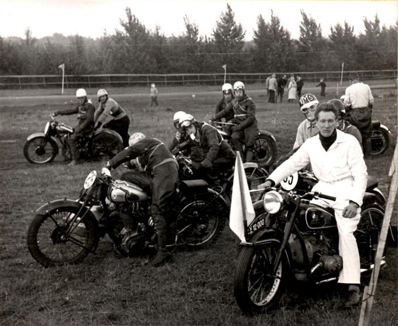 På Jydsk Væddeløbsbane i 1951 til DM var far masterkører for feltet og ses her i forgrunden på BMW udlånt af Krestensen og Nielsen.