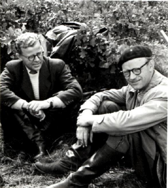 Axel Sørensen som ses her til højre bar ofte denne karakteristiske hovedbeklædning. Til venstre er det klubbladets første redaktør Elmstrøm Larsen.