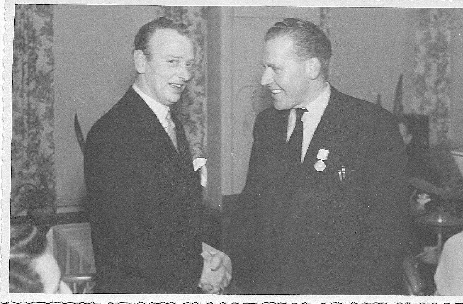 Poul Sørensen tv lykønsker Carlo Sejer med hans DM i Hobro 1949 ved en klubaften januar 1950.