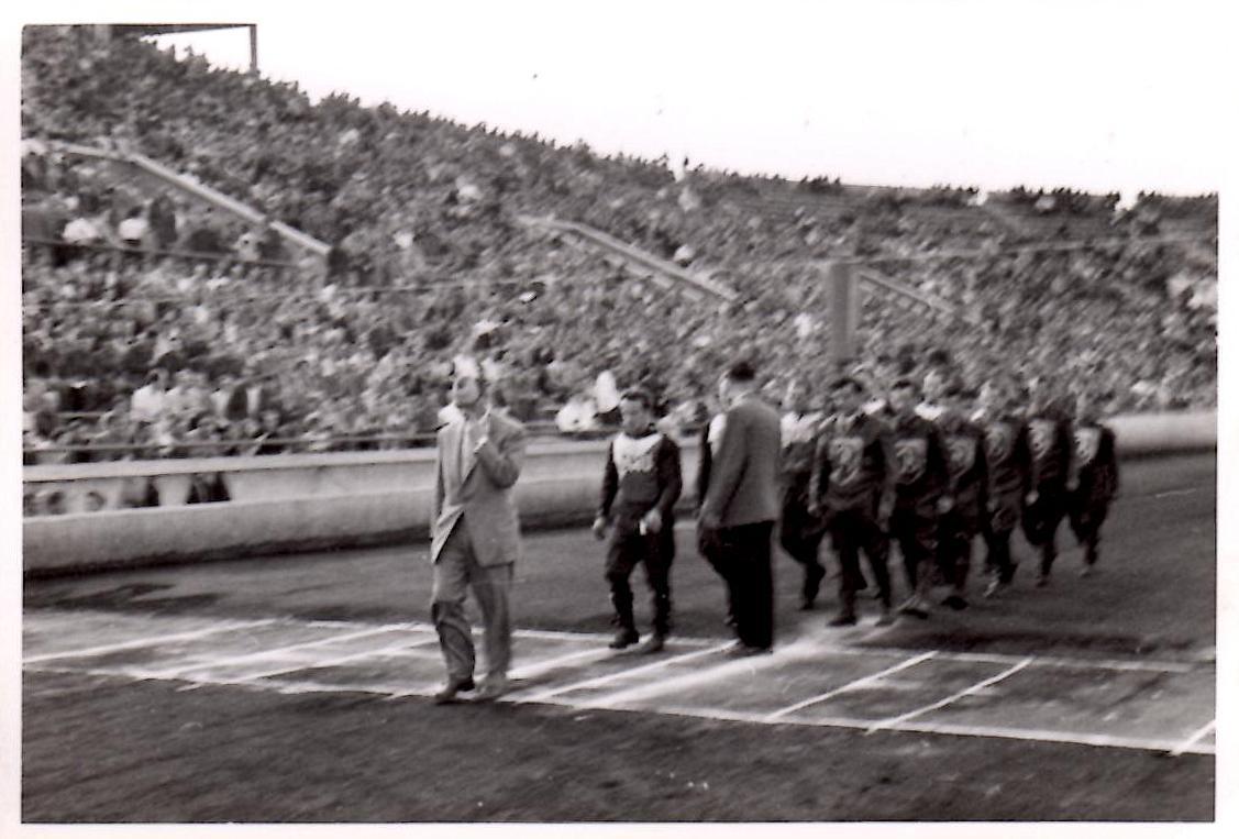 Polen 1956. Det danske speedwaylandshold blev inviteret til Polen for at køre 3 matcher. Her ses Poul Sørensen foran det danske landshold ved indmarchen til et af stævnerne.