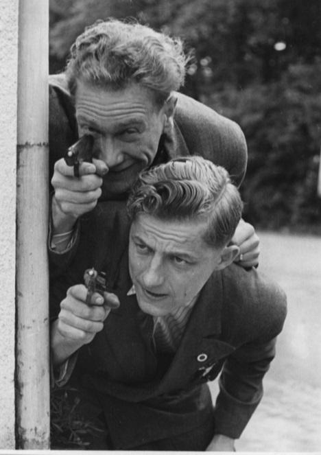 Der var også tid til lidt spas på turen til Assen. Her er det far og Aksel Müller, der skyder med skarpt.