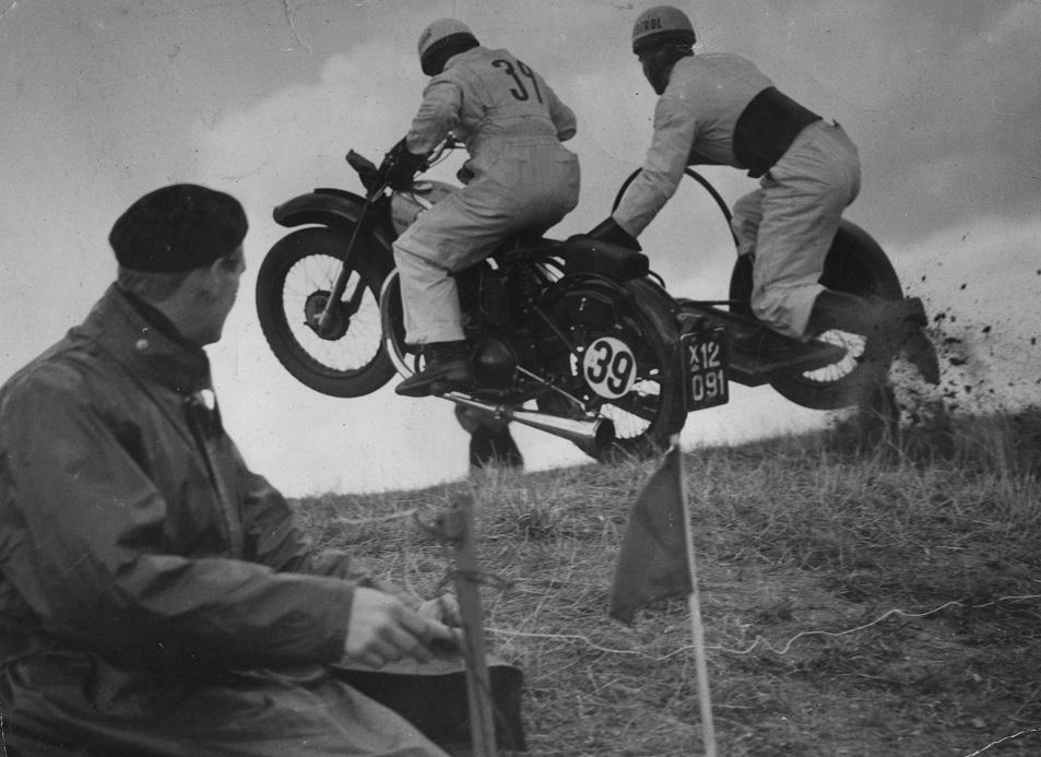 Far i forgrunden havde udviklet et tidtagningssystem til bakkeløbene ved Moesgård Strand. Her 1950, hvor han tager tid på Gunnar Williams med Aksel Müller i sidevognen.
