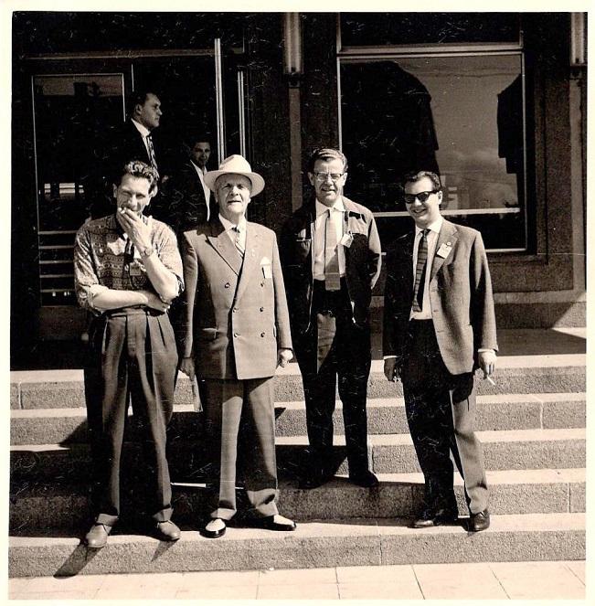 Elmstrøm Larsen var i en periode Sportsrådsformand i DMU og havde i den forbindelse forskellige hverv som holdleder og official i udlandet. Far var tit med på disse ture og det samme var jeg og Elmstrøms sønner. Her er det EM finalen i Plattling 1960, hvor far og Elmstrøm modtages af et par repræsentanter fra arrangørklubben.