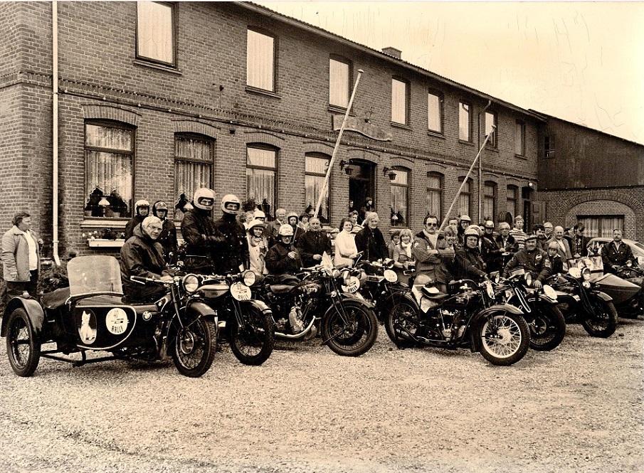 Mange glade veteranfolk i 1977 ved Slukefter Kro, man skulle bl.a. køre parade på Vojens Speedway Center. Far til venstre på BMW.