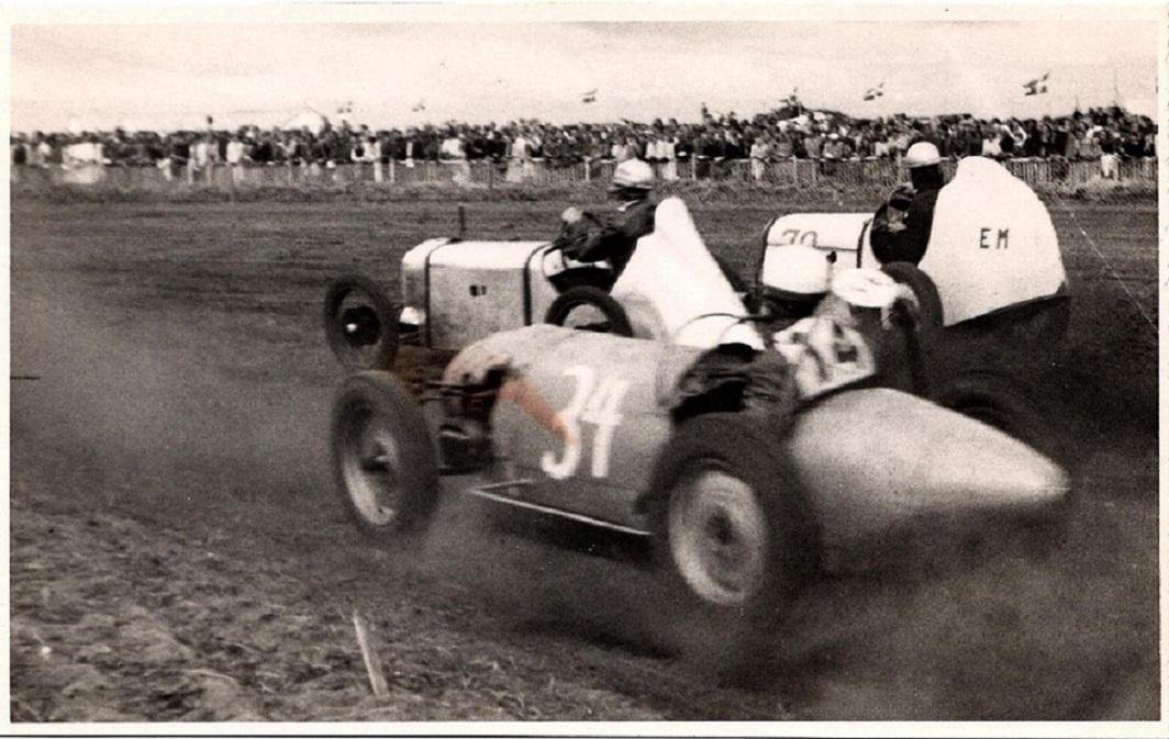 Åbningsløbet Hobro juli 47. Far og Ernst Mortensen forrest, lidt efter med nr. 34 Oskar Madsen, Ålborg i Tatra.