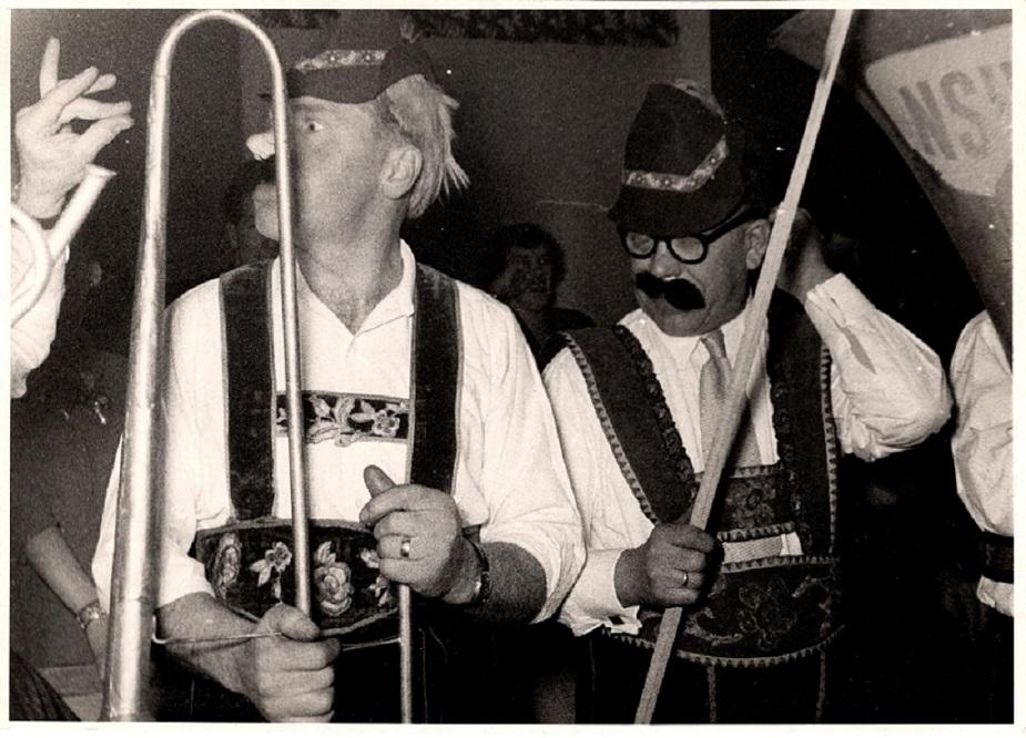 Stiftelsesfesten januar 54. Holger Nielsen har fået hele bestyrelsen til at stille op i tyrolerantræk på Hasselager Kro. Her ses Holger selv til højre, mens det er Carlo Sejer til venstre.