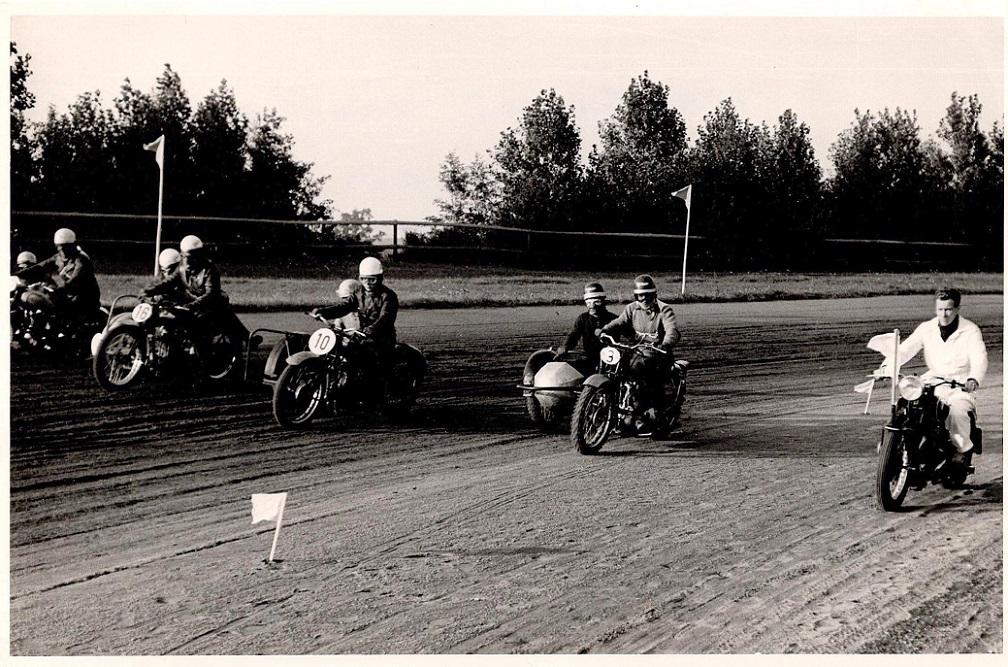 Her kører masterkøreren feltet frem. Nr. 3 er Willy Baasch, nr. 10 Axel Wang Hansen og nr. 16 Hans Th. Jacobsen