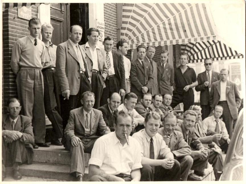 Mange kendte jydske motorsportsfolk tog del i en bustur til VM TT-løbet i Assen 1950. Far var også med og ses i første række. Fra venstre Knud Skovgaard, Kresten Krestensen, Chr. Wenderby, far og Elmstrøm Larsen.