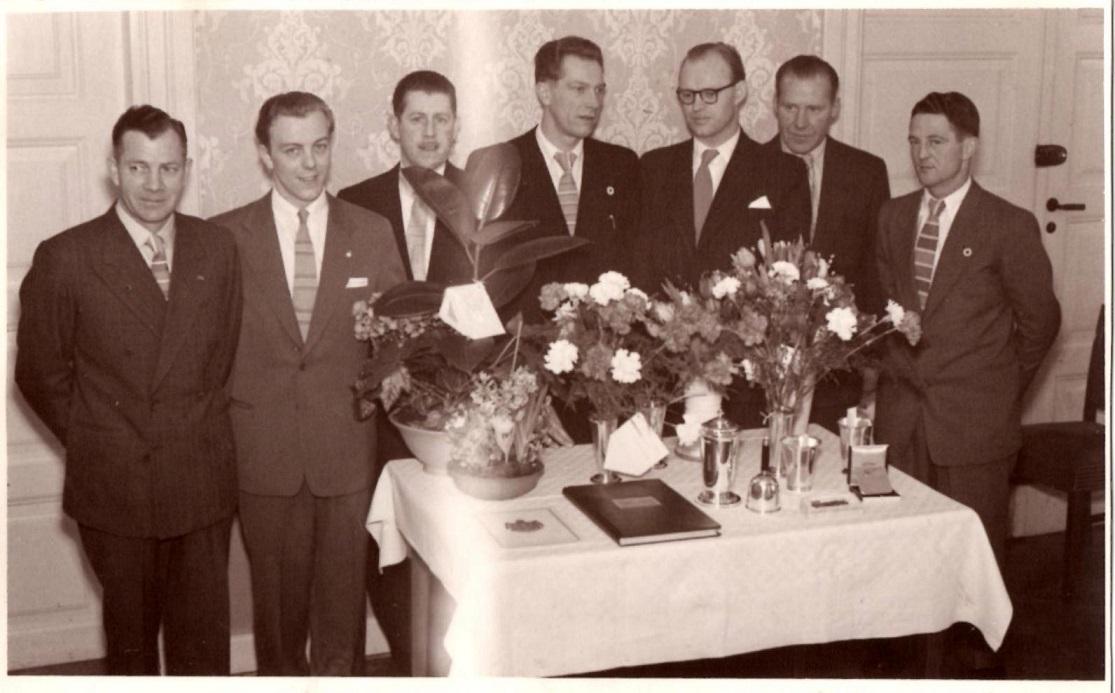 Far var formand, da AMK havde 25 års Jubilæum i 1955. Her bestyrelsen ved receptionen på Klostergaarden. Fra venstre Henry Jørgensen, Knud Nielsen, der var søn af Holger Nielsen, Harry B. Andersen, far, Axel Sørensen, Carlo Sejer Jensen og Gunnar Williams.