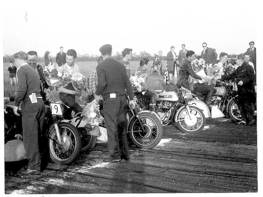 I efteråret 1962 kørtes en sidevognslandskamp mod Sverige på Skive Travbane. Far ses her med ryggen til ved sejrsceremonien for det danske hold.