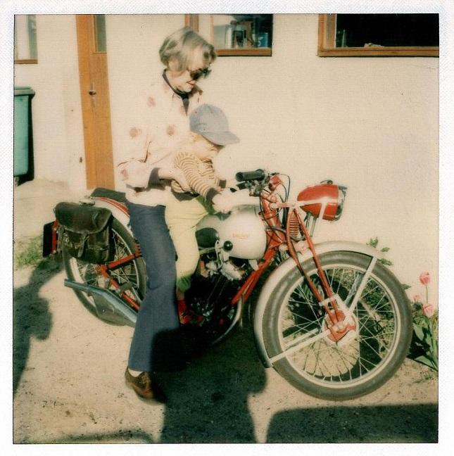 Næste projekt var en lille Triumph på 175cc, som blev renoveret omkring 1972. Billedet her er dog fra ca. 1977, hvor min mor og søstersøn har taget plads.