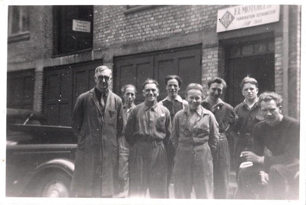 Et personalebillede fra Skovgaardsgade 8, ca. 1952. Det er min bedstefar tv og far th.