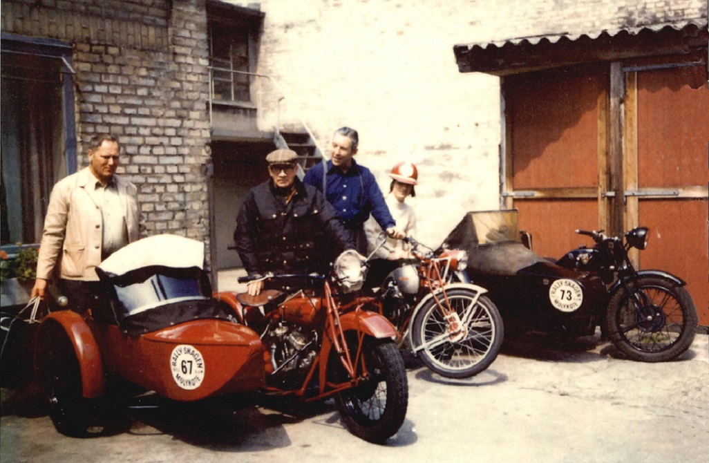Klar til Skagensløb 1973. Fra venstre Kaj Jensen, der var i sidevognen hos Murerras, som står ved sin Indian. Bagved Bent Lemming og min svoger Carsten Kehren på den lille Triumph. Til højre fars Triumph med sidevogn.