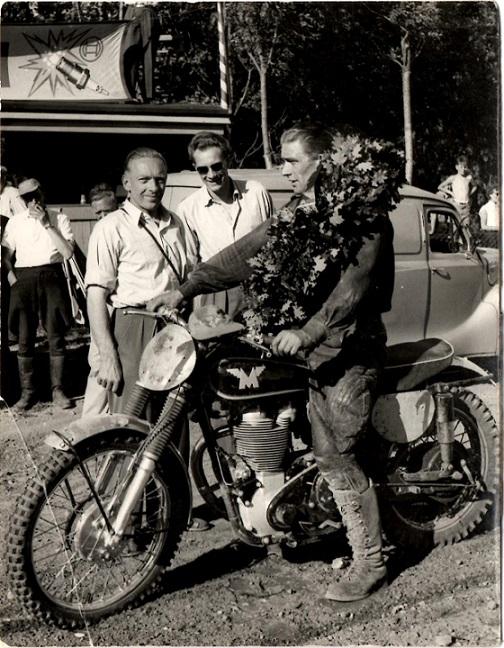 Far var også med, da det første DM i moto-cross blev kørt på Højbjerg.banen i juli 1955. Chr. Wenderby og far lykønsker Ejvind Hansen med titlen.