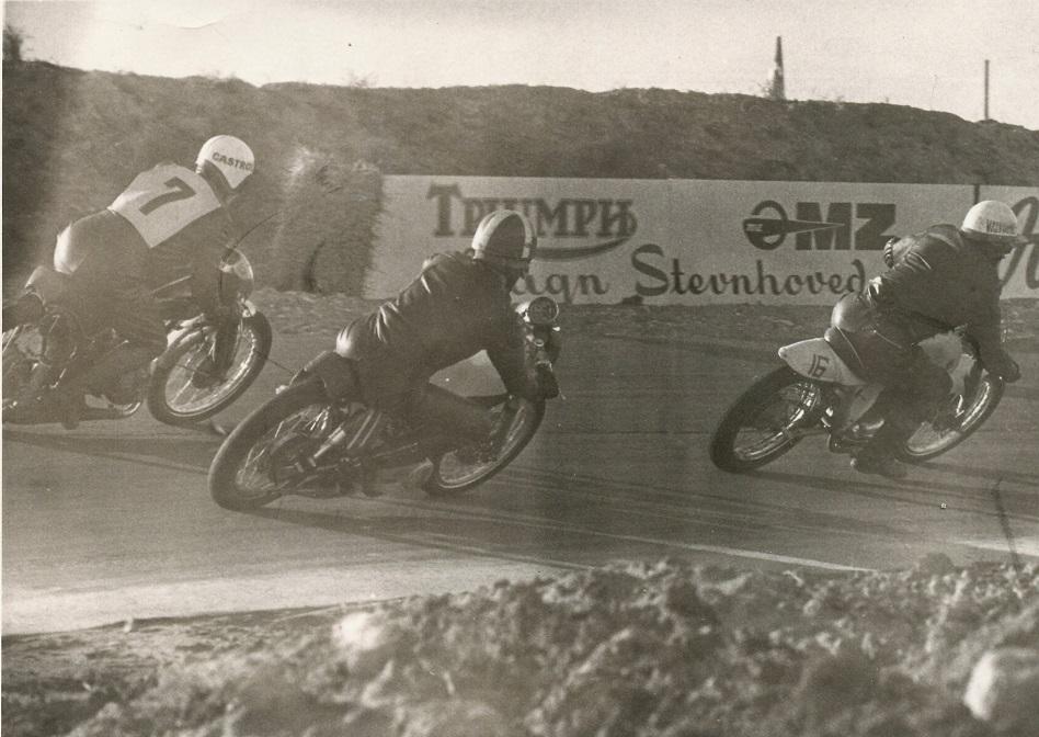 Klassen 51-250cc. Forrest Jimmy Smed på Bultaco, Franz Kroon på Yamaha og nr. 7 Erhardt Fisker på MZ.