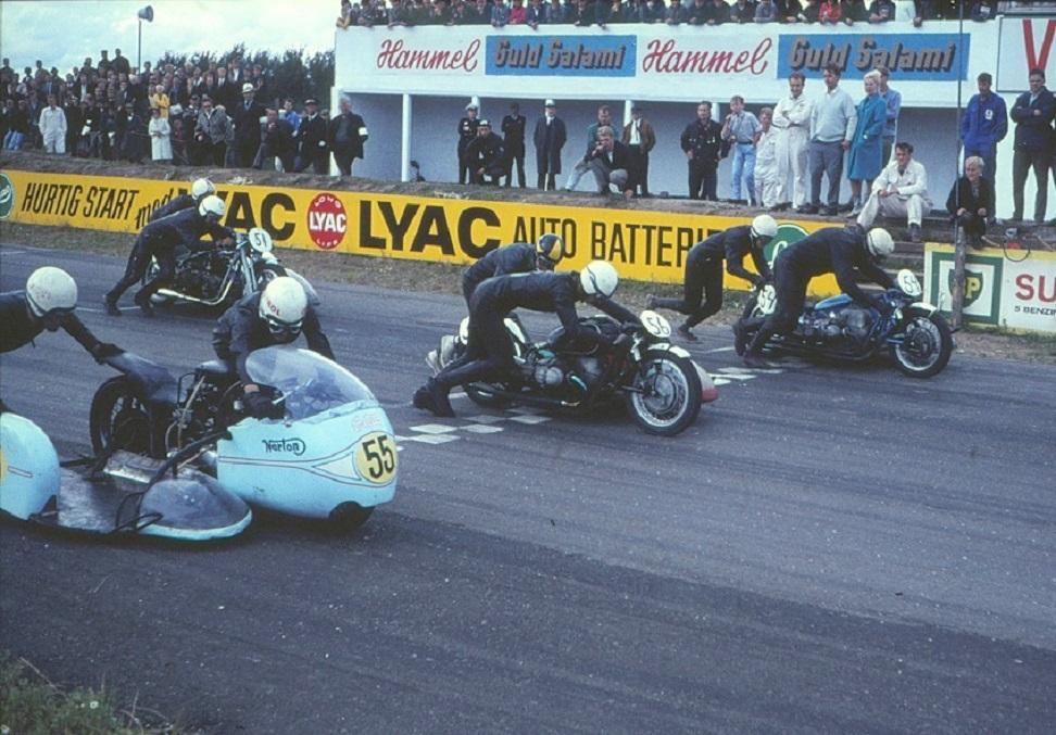 Startrækken med John og Ole og den nylakerede racer med nr. 55. Nr. 56 er Bo Rindar og 54 Bengt Grønlund begge på 750cc BMW.