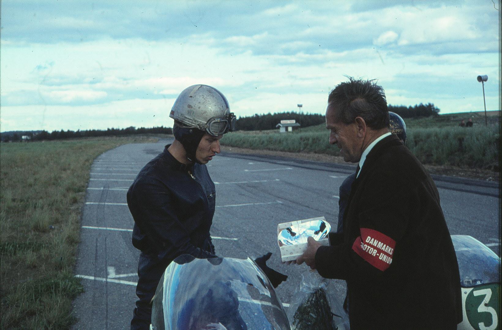 Börje Jansson får sin præmie for sejren i den såkaldt int. 250cc klasse, der dog udelukkende bestod af 16 svenskere foruden de bedste kørere fra DM