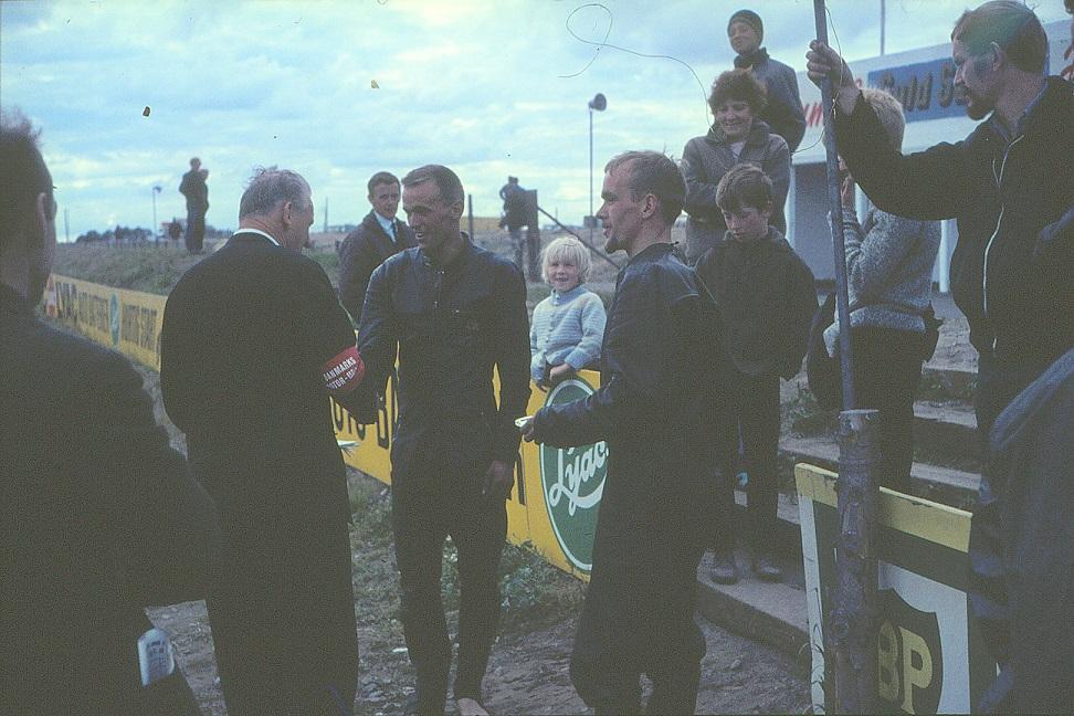 Krogsøe uddeler præmier til Bo Rindar længst th og hans sidevognsmand.