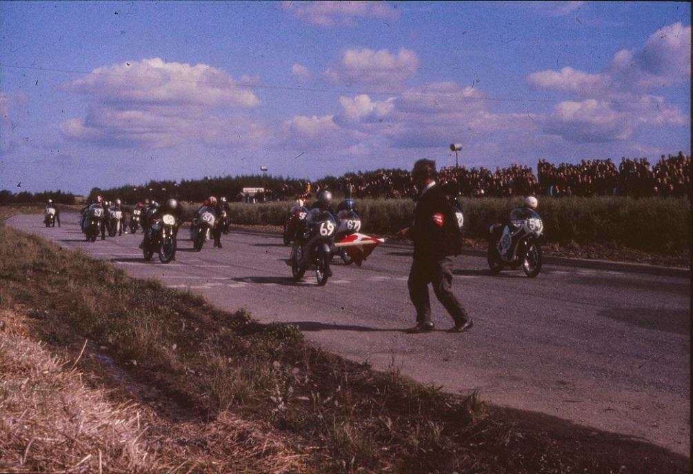 Starten går i 250cc klassen. Nr. 69 Dan Jeppesen, 54 Robert Olsen