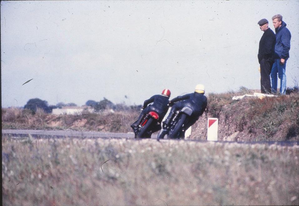 Franz på den røde Royal Enfield foran Robert Olsen