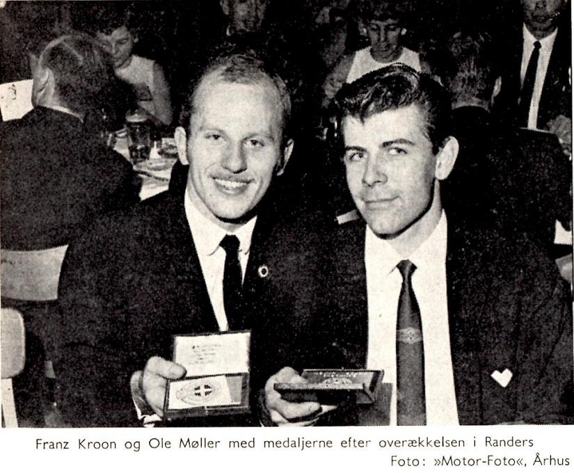 Et billede fra DMU´s præmiefest af to glade medaljetagere - klubblad dec. 66.