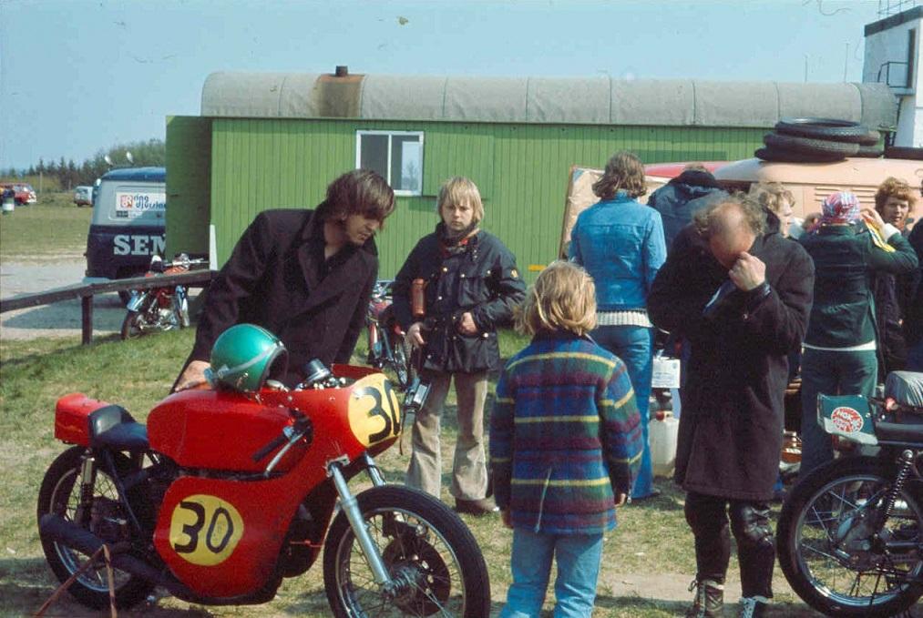 Benny Lysén med sin Honda 450cc, Paul Kirstein som knægt, Kathrine Kroon med ryggen til. Franz Kroon th prøver at ild på en smøg.