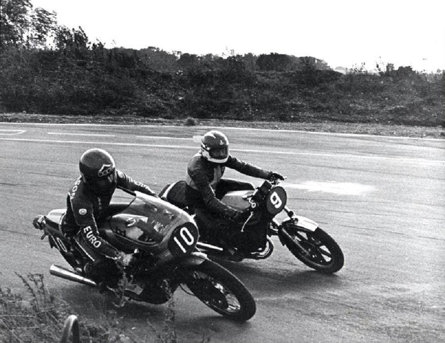 AMK´s nye generation af RR-kørere kørte også Sportsmaskiner ved det 4. Grand Pokal løb. Svend Andersson med nr. 10 kørte Jysk Motor Lagers Ducati 900SS, mens Paul Kierstein kørte RD400.