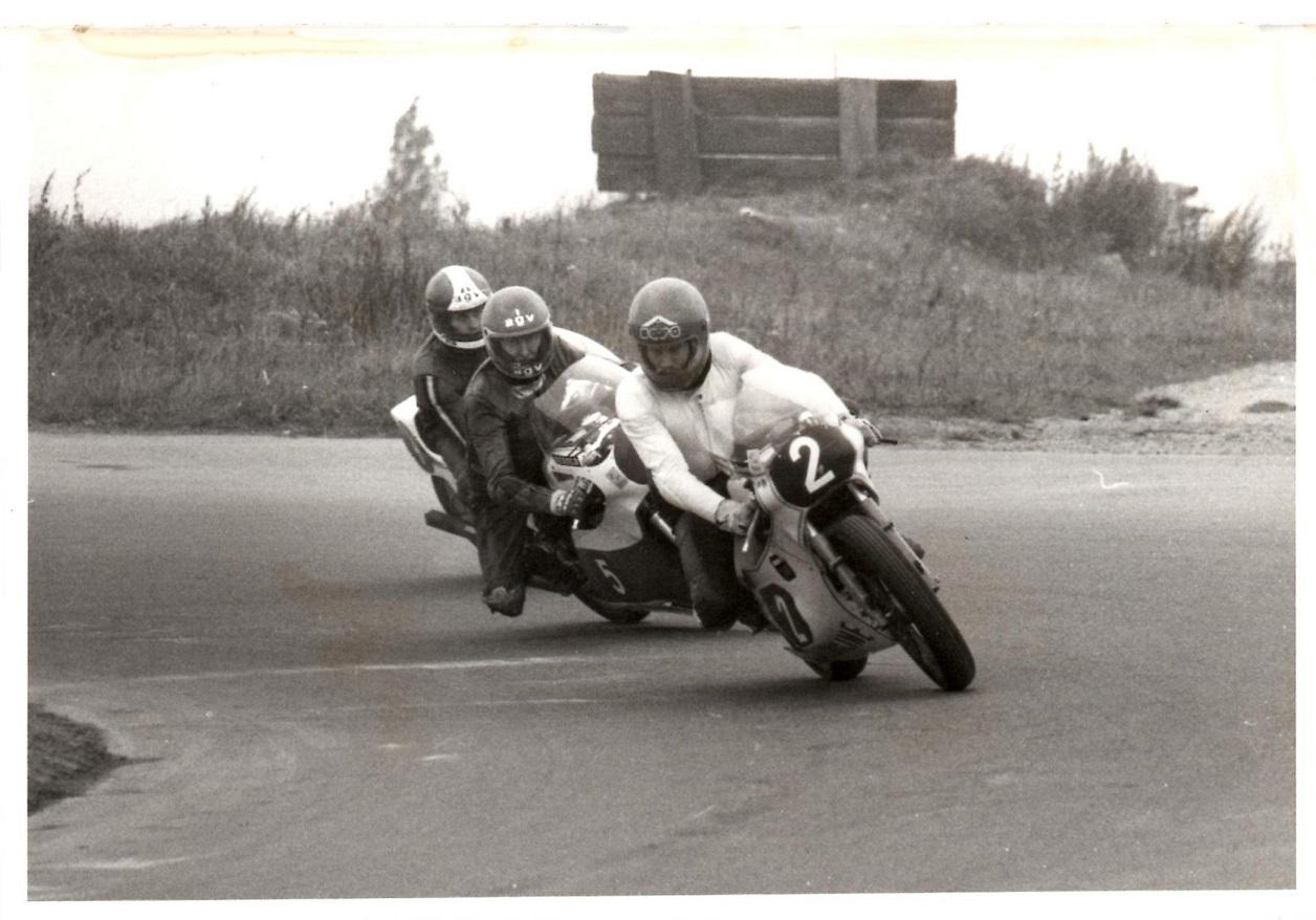 Nærkamp i 350cc klassen. Leif A. Nielsen foran Carl Frederiksen og Finn Villadsen. Finn vandt løbet.