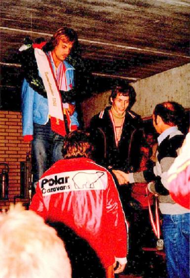 Danmarksmester Per Hjarbæk med brækket kraveben. Finn Villadsen blev med dagens sejr DM-treer. Leif A. Nielsen blev toer.