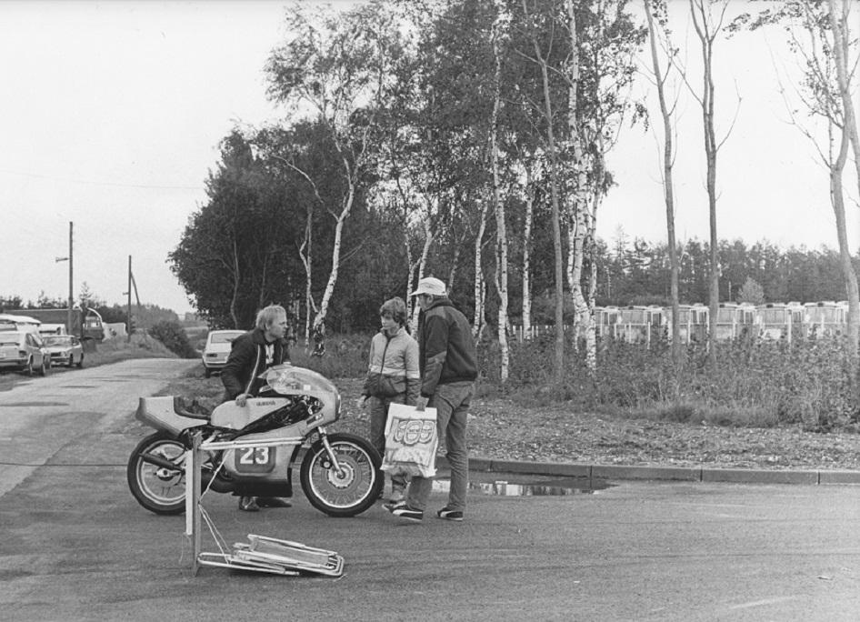 Paul Kierstein var også med i racerklassen, og ses her på vej fra depotet til banen, hvor han hilser på vor trofaste redaktør Jens Jørgen Jørgensen og Gert Nøjsens datter Line.