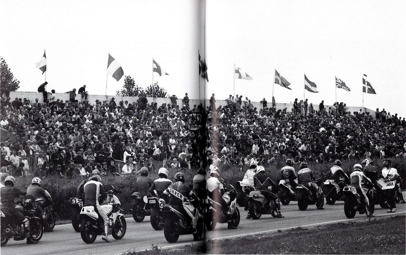 Starten i 500cc klassen. Læg mærke til meget publikum på tribunen, og de mange forskellige nationsflag. Alstrups bog.